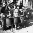 A Imola, negli anni cinquanta e sessanta, tutti conoscevano Pompilio. All'angolo tra Via Rivalta e Viale Dante, gestiva, insieme alla moglie, una bancarella stracolma di dolciumi e delizie varie, una […]