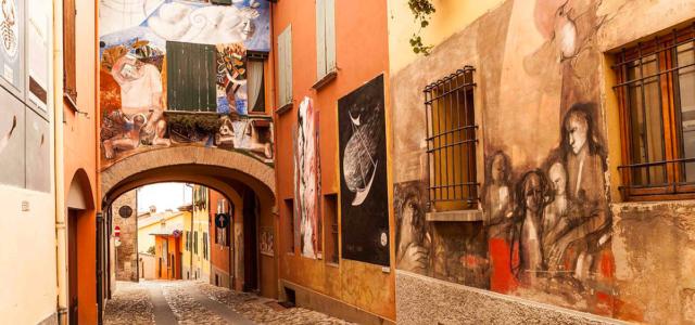"""Dozza, uno dei cento """"Borghi più Belli d'Italia,dove l'arte si fa paesaggio ed arreda i muri delle case.Il suo centro storicoconserva l'edilizia di stampo medioevale, e la possente Rocca Sforzesca […]"""